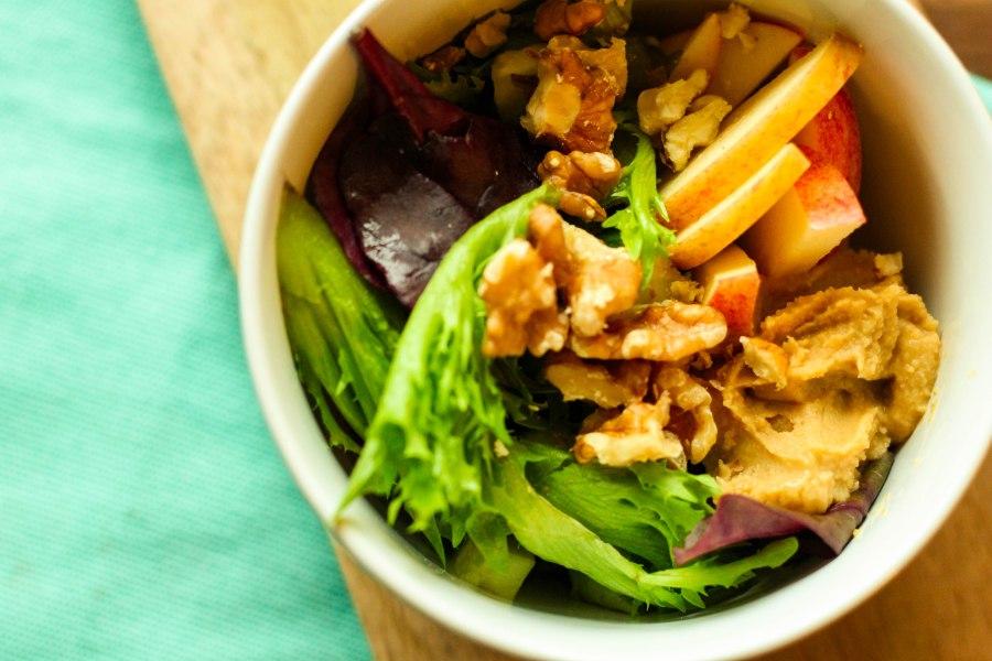 Salat med hummus ogeple