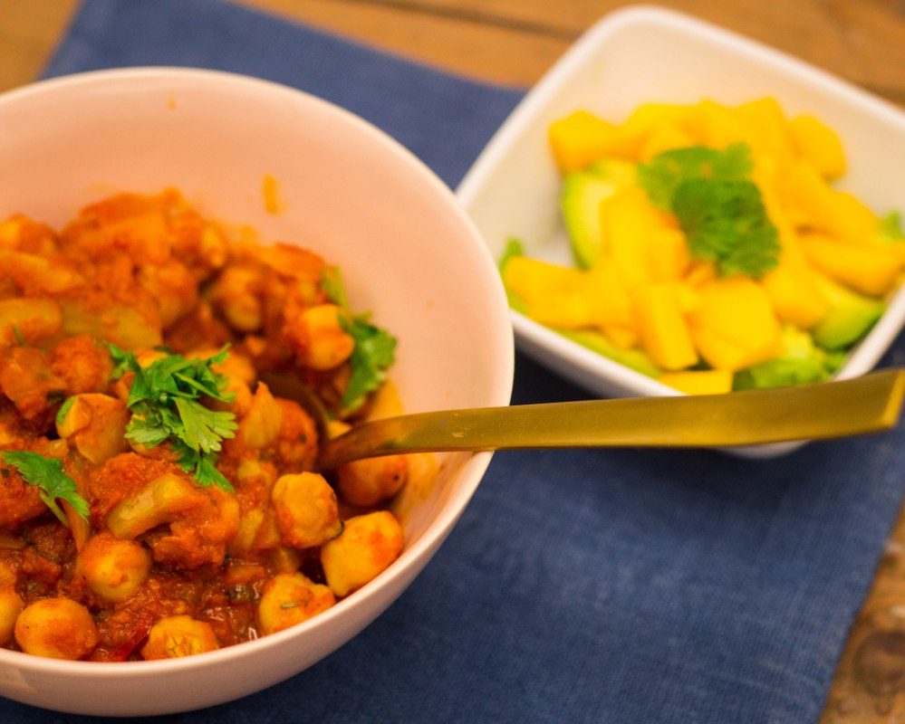 Kikertcurry med mango- og avocadomix