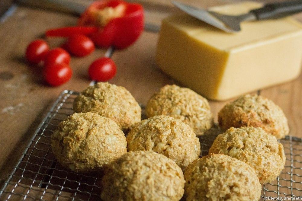 proteinrundstykker med hvitost og paprika